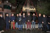 Els veïns i veïnes de la Mariola participen en l'ornamentació nadalenca del barri