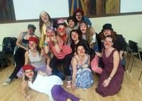 Un grup de joves aprèn a fer de clown en entorns socials