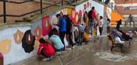 Un grup de joves pinten un mural de 49 metres quadrats en favor de la tolerància i el respecte a la Mariola