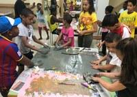 Una vintena d'infants participen amb les seves famílies en el projecte Carta de colors que fomenta la diversitat