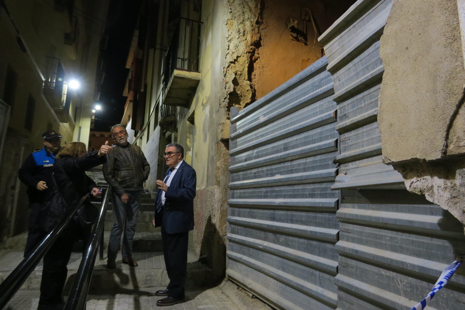 Desallotjats preventivament 5 veïns per esquerdes en el número 2 del c/Escales de Sant Llorenç