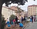 Un grup de joves escoltes cooperen en la rehabilitació de 6 pisos a Lleida
