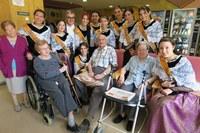 L'alcalde Ros i les pubilles de la ciutat celebren la festa major a la Llar de Sant Josep